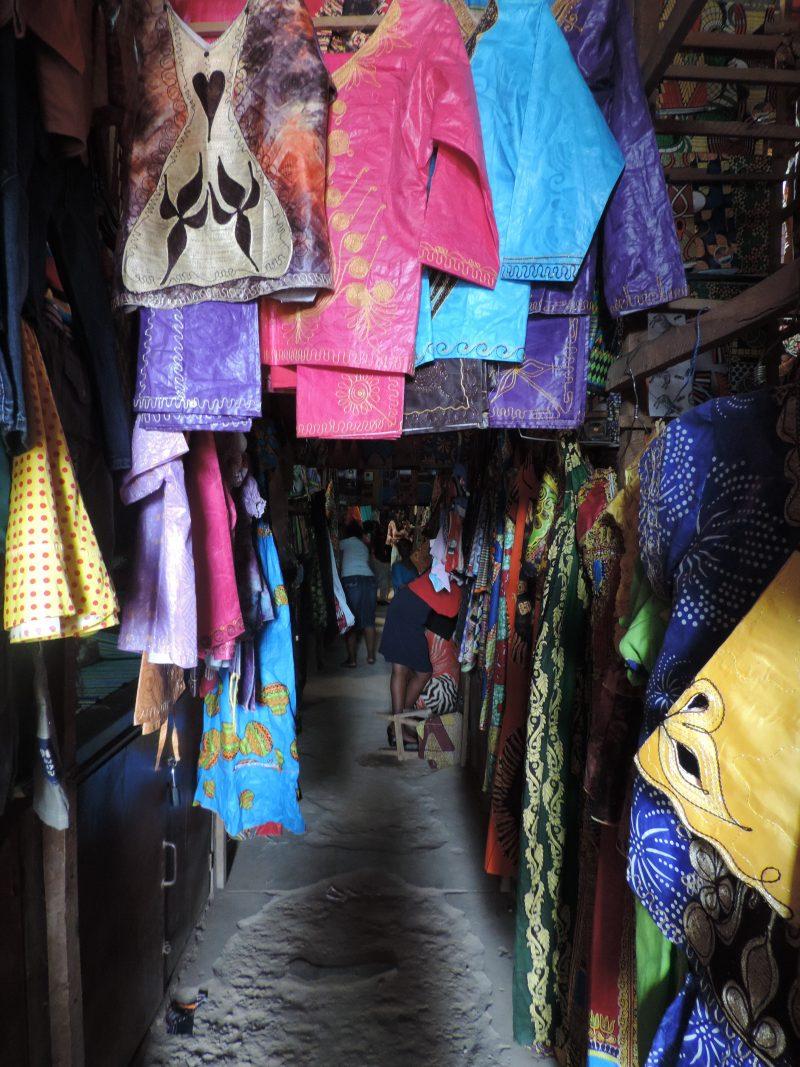 Området for tekstil er en stor meget farverig labyrint af lange gange med tusind forskellige slags stoffer, farver og mønstre.